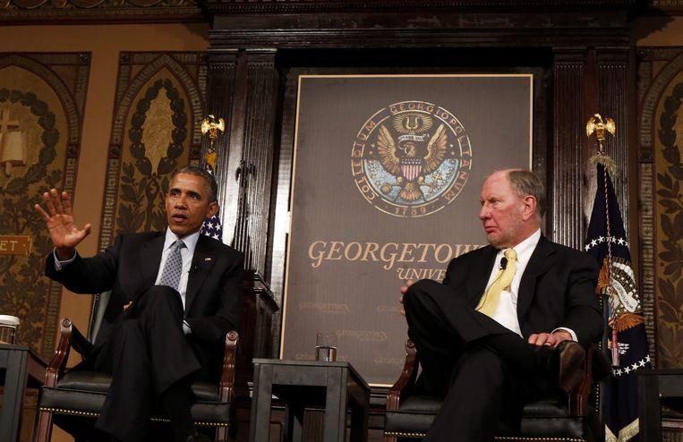 President Obama zit naast de Amerikaanse socioloog Robert Putnam. Beeld anp