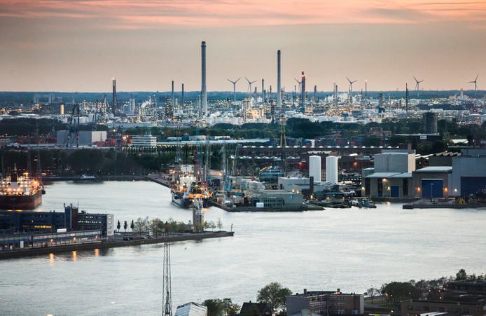 Shell-Pernis, hier gezien vanaf de Euromast, is de grootste raffinaderij van Europa.