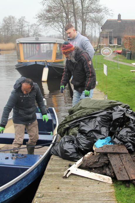 Boten vol rommel uit De Wieden, veel plastic maar ook autobanden en een frituurpan