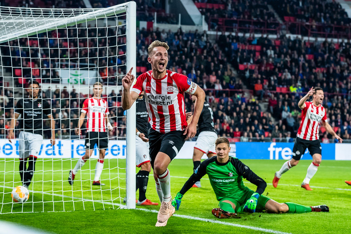 Luuk de Jong verschalkt Kjell Scherpen in de thuiswedstrijd van PSV tegen FC Emmen.