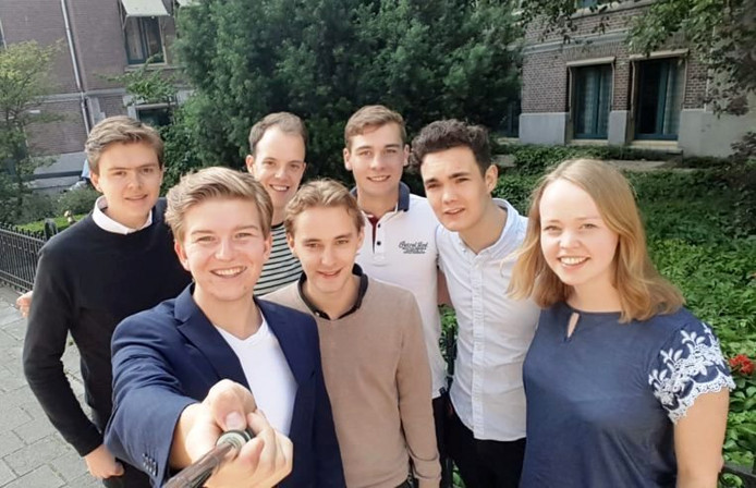 Het nieuwe bestuur van de Jonge Socialisten, met tweede van rechts Pelle Depla.