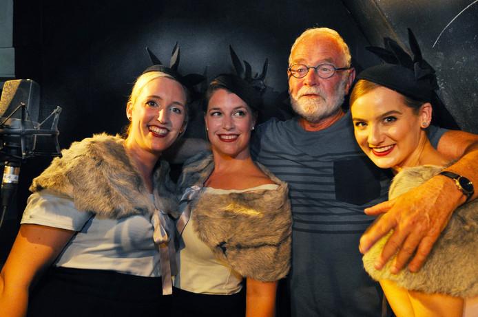 Ad Lijnse tussen de Midnight Blue Birds, de laatste artiesten die hij zelf boekte: Charlotte Jacobs, Evelien De Jaeger en Nona Dekeyser (vlnr).