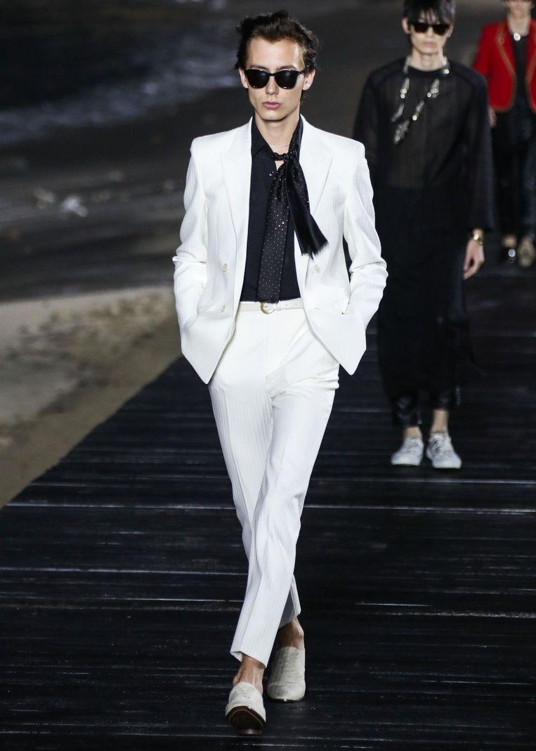 Een model op de catwalk van Saint Laurent.