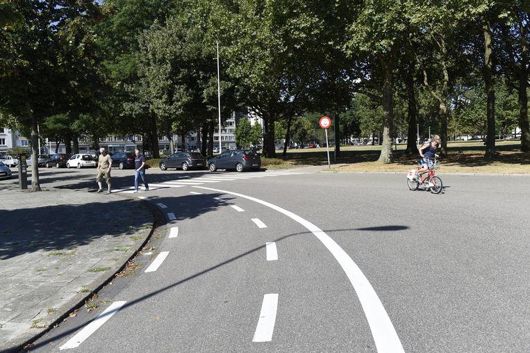 De stad heeft extra lijnen geschilderd op het kruispunt van het Frederik Van Eedenplein met de Lode Zielenslaan.