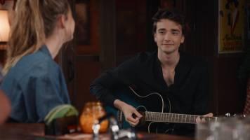 Smelt! Raven haalt zijn gitaar boven voor Louise