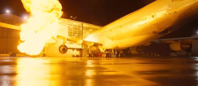 L'avion prend feu en pénétrant dans un bâtiment