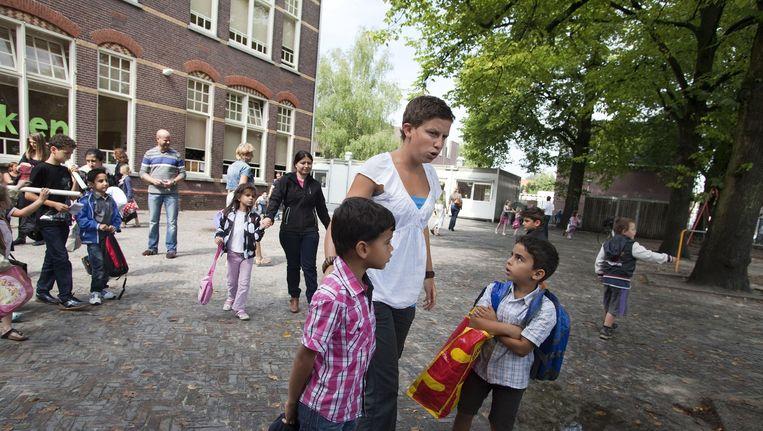De Vreedzame School is een programma dat op zo'n 650 basisscholen in Nederland is ingevoerd. In alle groepen van de basisschool wordt geoefend met competenties als conflictoplossing, openstaan voor verschillen, verantwoordelijkheid nemen voor de gemeenschap en leren samen besluiten te nemen. Beeld Arie Kievit