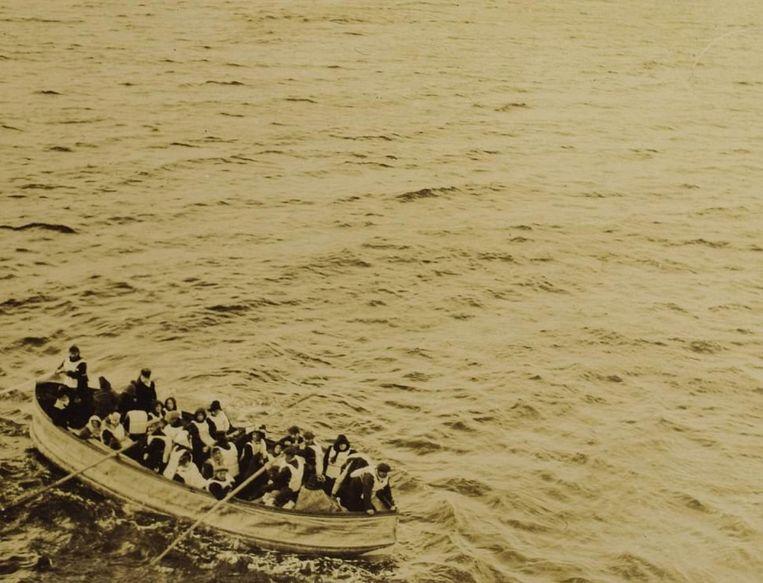 Een reddingssloep met overlevenden van de ramp net voor ze aan boord worden gebracht van de Carpathia.