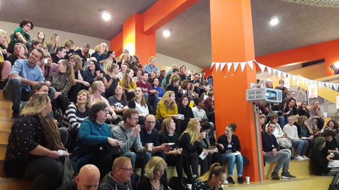 Leerkrachten op  Walcheren verzamelen zich voor een manifestatie in Vlissingen.