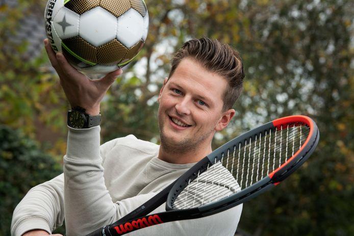 Bonno van Tintelen heeft naast voetbal tennis ontdekt als tweede sport.
