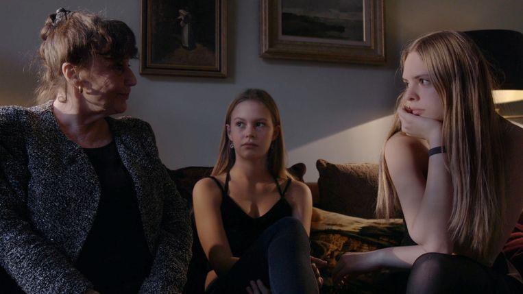 Klaartje Quirijns richt de camera op haar moeder en dochters. Beeld
