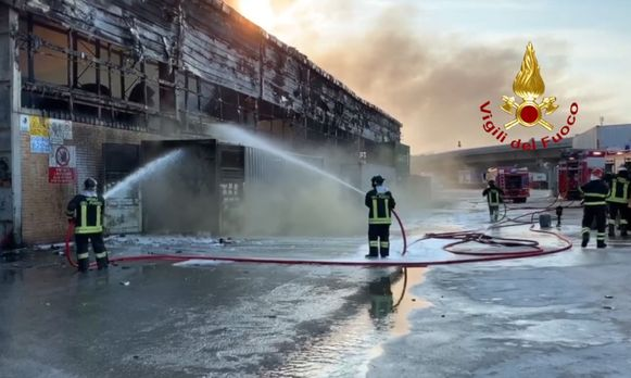 In de nacht van dinsdag op woensdag woedde een hevige brand in de haven van het Italiaanse Ancona. 16 brandweerploegen slaagden erin het vuur te bestrijden, maar de materiële schade is groot.