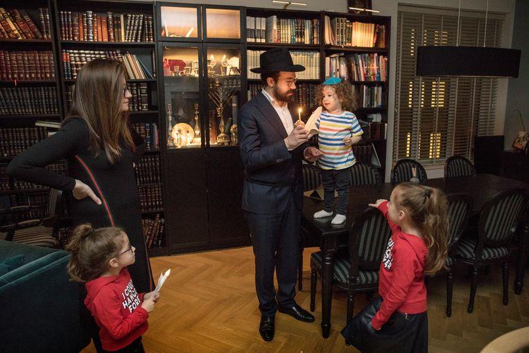 'Bedikas chometz' bij de familie Jacobs uit Amsterdam. Beeld Werry Crone