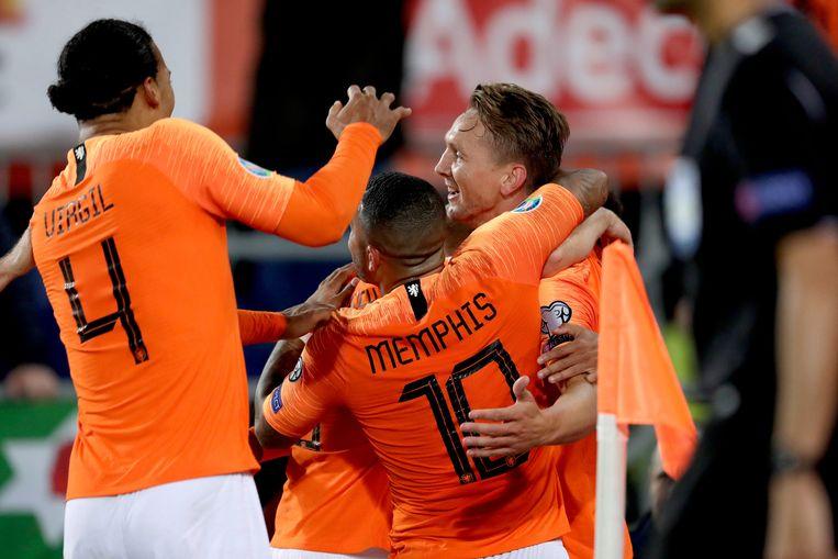 Luuk de Jong viert de door hem in blessuretijd gemaakte 2-1 met Memphis en Virgil van Dijk. Beeld BSR Agency