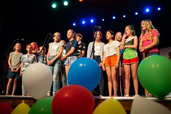 Kinderen van Theaterschool Babzz zingen een lied van Kinderen voor Kinderen.