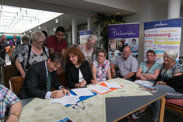 Een jaar nadat bestuurders van IJsselheem (Helene Wust) en Philadelphia (Jeroen van de Pas) hun handtekening hebben gezet onder een samenwerkingsovereenkomst is de officiële opening van Philadelphia bij de Vijverhof in Kampen.