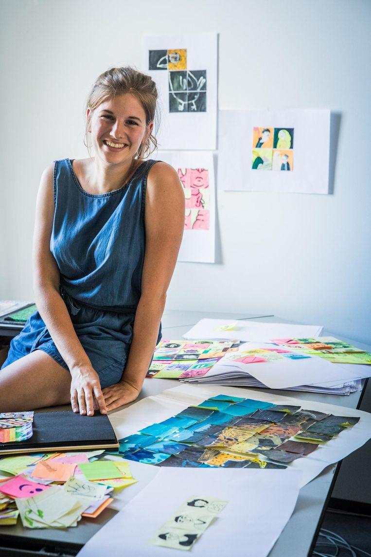 Charlotte Lootens met enkele van de kunstwerken.