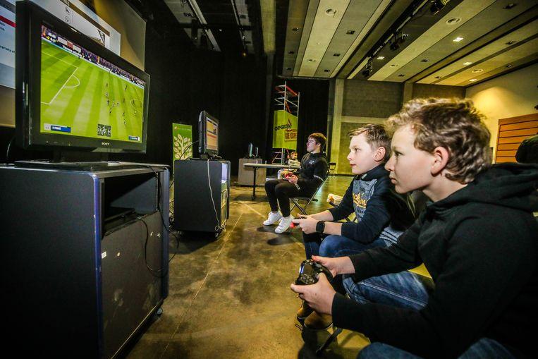 Heel wat jonge gamers kwamen samen in Ipso Facto om samen te gamen.