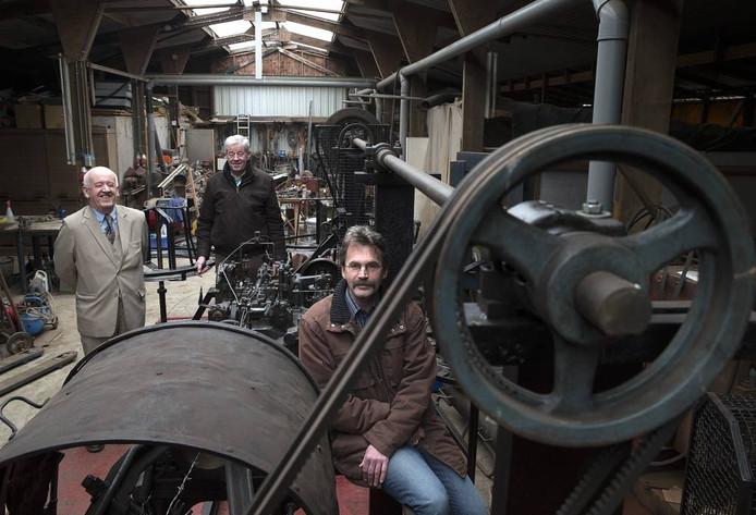 Vertegenwoordigers uit Nederland en Duitsland bij de puntdroadmachine van Boerengoed.