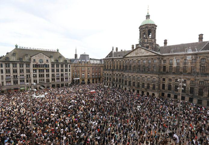 De Dam stond vandaag vol met duizenden demonstranten.