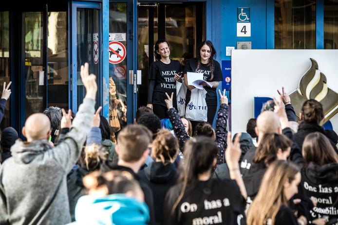 Dierenrechtenactivisten die zijn opgepakt tijdens de stalbezetting in Boxtel worden vrijgelaten op het politiebureau aan de Mathildelaan in Eindhoven.
