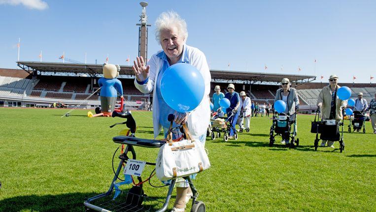 Deelneemster aan de rollatorrun voor bejaarden in het Olympisch Stadion in Amsterdam. Beeld anp