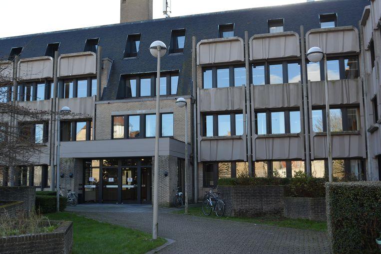 De man liet verstek gaan in de rechtbank van Veurne.