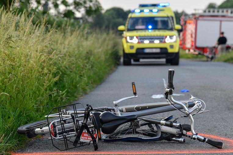 De verhakkelde fiets op het wegdek kort na het ongeval.