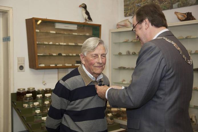 Gerrit de Zeeuw krijgt een koninklijk lintje opgespeld. foto Mark Neelemans