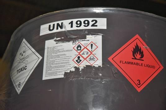 De inhoud is volgens de stickers op de tonnen zeer gevaarlijk.