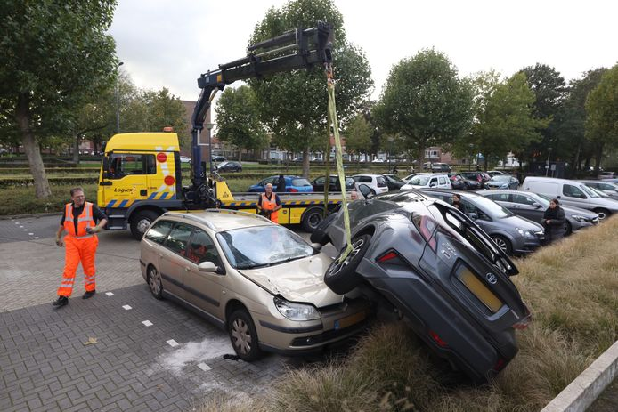 Automobiliste belandt op andere auto in Den Bosch.