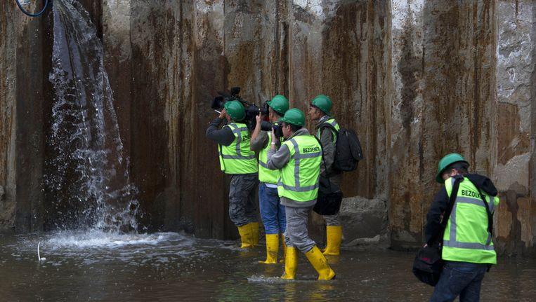 Door een vergroot gat in de damwand stroomt er water in de enorme bouwput. Door de bouwputten voor de Noord-Zuidlijn was het gebied voor Amsterdam Centraal de afgelopen 10 jaar een soort schiereiland. Beeld anp