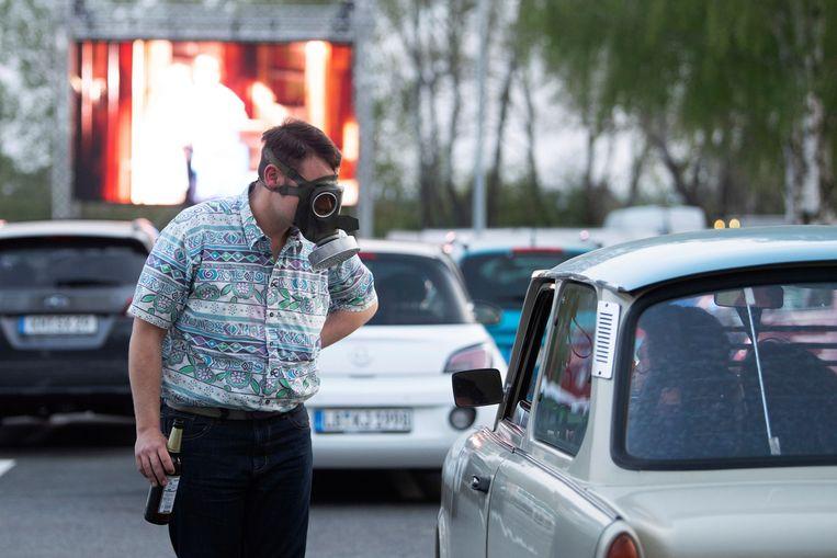 Een beeld van een drive-incinema in Dresden in Duitsland, waar maximum 500 wagens toegelaten zijn met telkens maximum twee mensen in de auto.