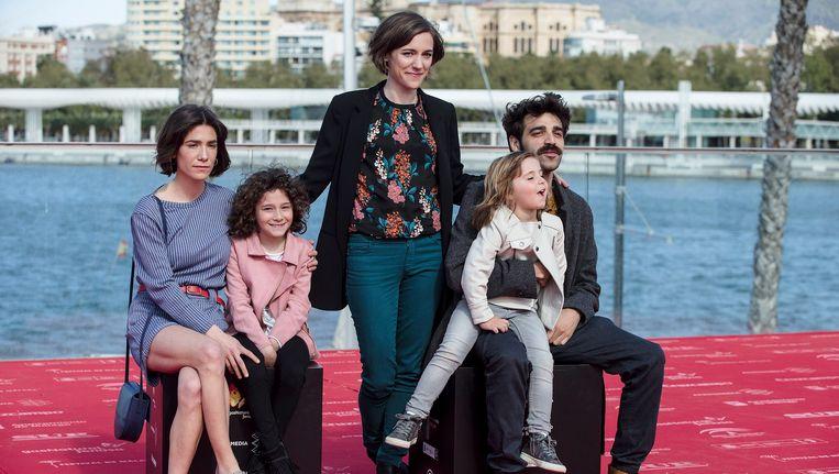 Regisseur Carla Simón (midden) met de acteurs van haar film Estiu 1993. Beeld epa