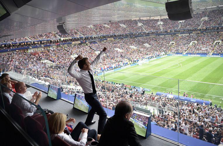 President Macron viert de overwinning Beeld EPA
