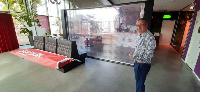 Jan-Hein Sloesen van De Kring bij een scherm in Over de Tong.