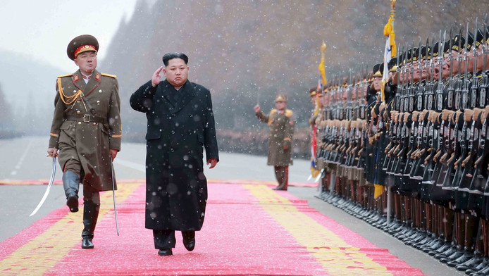 De Noord-Koreaanse leider Kim Jong-un begroet zijn militaire troepen