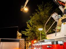 Dordtse brandweer kan vuur niet direct blussen omdat auto's schots en scheef geparkeerd staan