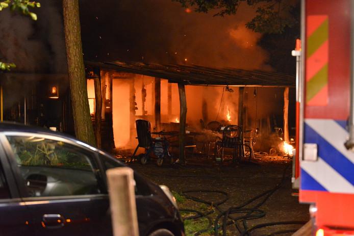 Zaterdagnacht, de grote brand verwoestte het hele chalet. Binnen konden twee kinderen niet op tijd gered worden.