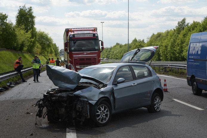 Op de A58 bij Ulvenhout is vanmiddag een ongeluk gebeurd waarbij tenminste één auto is betrokken.
