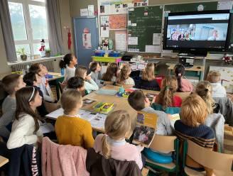 Leerlingen interviewen Oostkampse burgemeester vanachter de computer