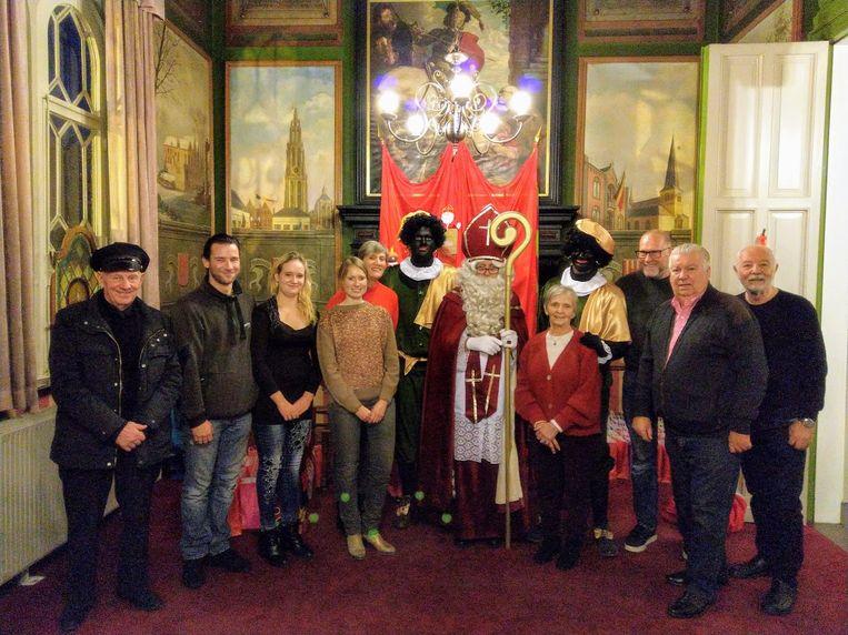 In het gemeentehuis werden de Sinterklaas geholpen door vijwilligers