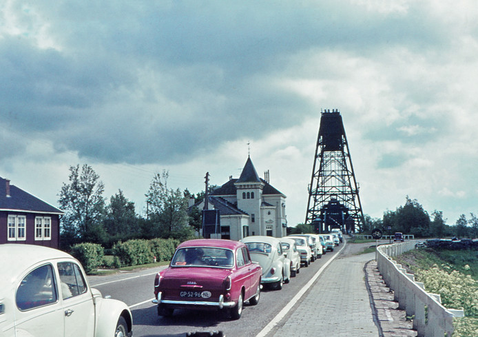 File voor de Barendrechtse brug in 1969.
