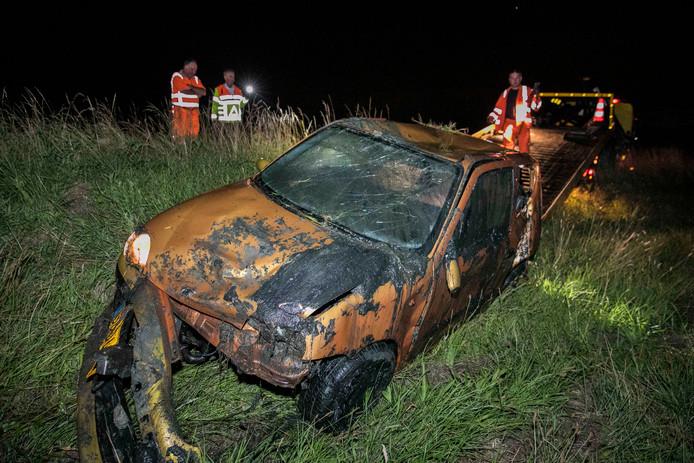 De zwaarbeschadigde auto werd na het ongeval op de A12 uit sloot gehaald.