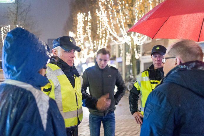 Agenten Roel Bollerman (links) en Johan te Riet geven gemeenteraadsleden uitleg over het cameratoezicht.