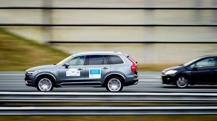 Een zelfrijdende auto over de A2, tijdens een test in 2016. Beeld ANP