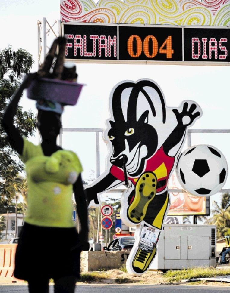 Het logo van de Afrika Cup siert de straten van Luanda, hoofdstad van Angola. (FOTO AFP) Beeld AFP