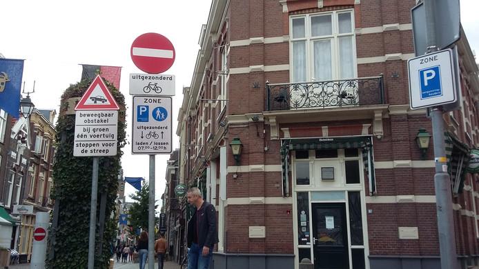 Het café de Poort van Hees onderaan de Lange Hezelstraat in Nijmegen.