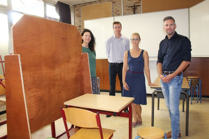 In de klas zijn houten tussenschotten gemaakt, zodat de jongeren zich af en toe kunnen afzonderen en ongestoord kunnen werken. Rechts directeur Dimitri Plas.