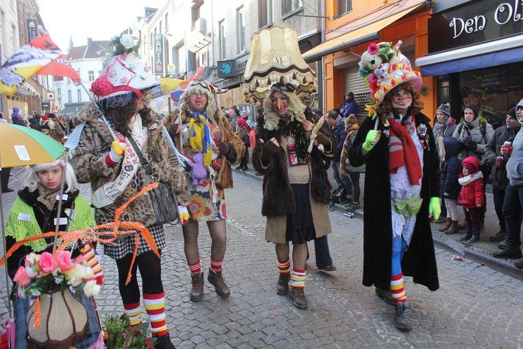 De Voil Jeanettenstoet trekt fier door de straten van de Ajuinenstad.